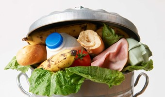 Foto: U.S. Department of Agriculture. Fresh Food In Garbage Can To Illustrate Waste (CC BY 2.0). Flickr, http://bit.ly/2nRq9EO.